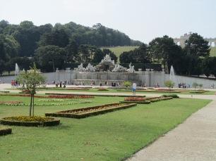 פסלים ומזרקות בגן הארמון רחב הידיים