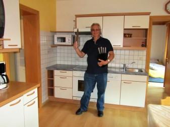 סבא הטבח בוחן את כלי המטבח