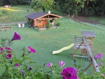 מתקני משחק בחצר החווה