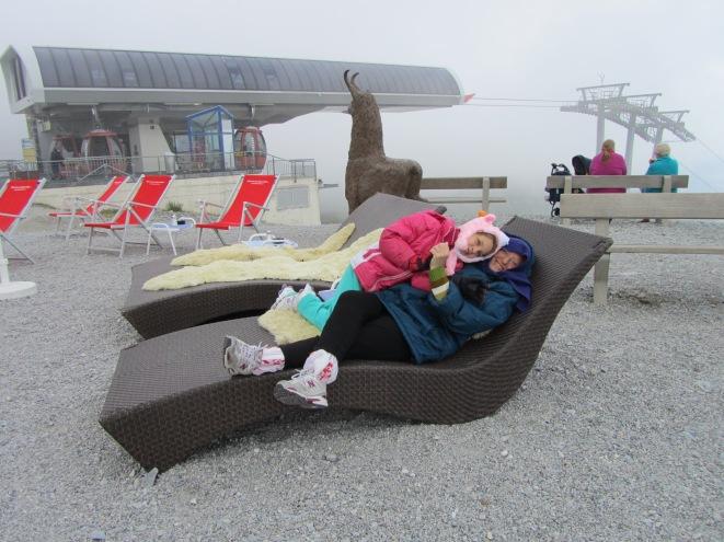 סבתא ונכדה מתחבקות ומתפנקות במרכז האלפיני