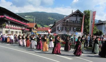 נשות אלטנמרקט מובילות בתהלוכה