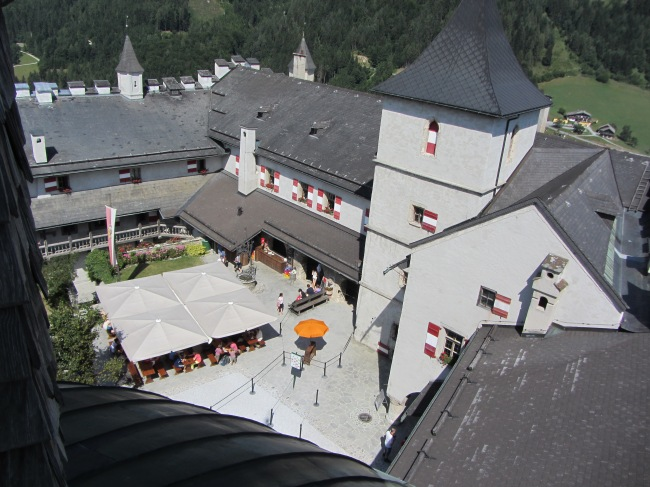 מבט מלמעלה על חצר המצודה