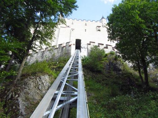 עולים בפוניקולר למצודה