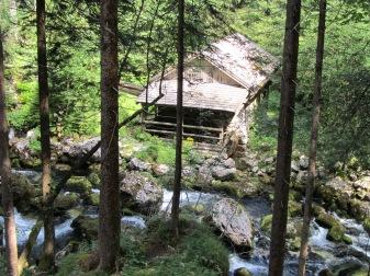 טחנת המים בדרך למפל