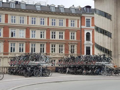 חניון אופניים דו-קומתי ליד תחנת הרכבת